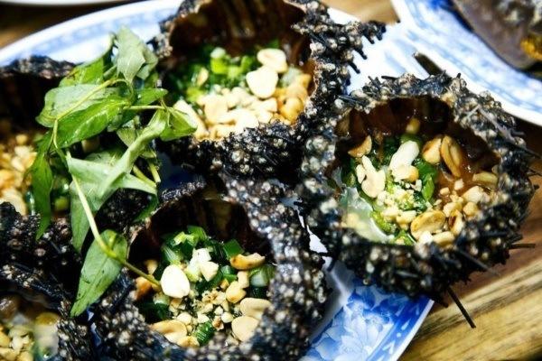 Nhum nướng mỡ hành ăn kèm với đậu phộng rang ngon khó cưỡng