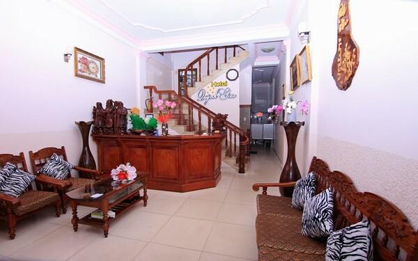 Nội thất sảnh khách sạn Quỳnh Giao với chất liệu gỗ độc đáo