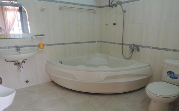 Phòng tắm khách sạn Nam Quang rộng rãi phù hợp cho việc thư giãn