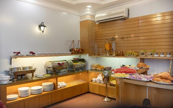 Khu vực ăn uống của khách sạn City View đa dạng các món ăn tự phục vụ