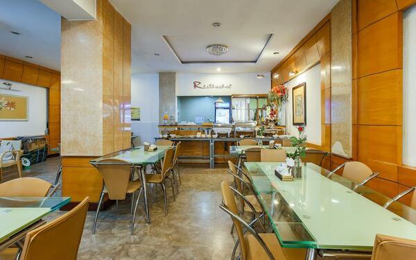 Các bữa ăn buffet được chuẩn bị tại nhà hàng của khách sạn Vilion Central