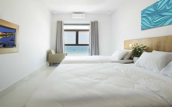 Phòng ngủ khách sạn Đà Năng Bay hướng ra biển cực kì lãng mạn