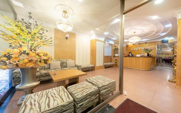 Không gian sảnh khách sạn City View rộng rãi với gam màu nhẹ nhàng