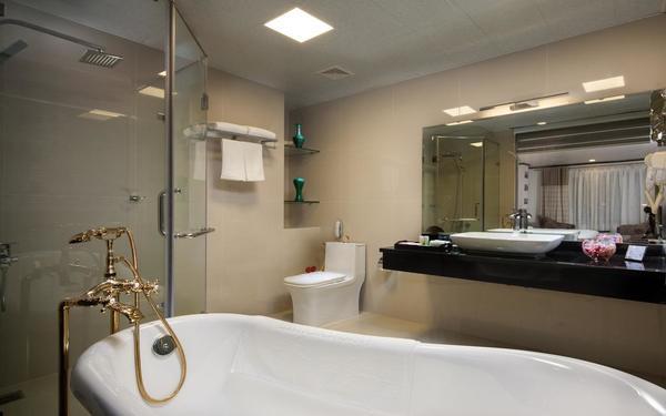 Các trang thiết bị cao cấp trong phòng tắm của khách sạn Boss Legend