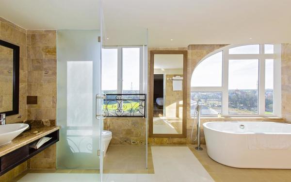 Không gian phòng tắm chan hòa ánh sáng của khách sạn Lasenta Boutique