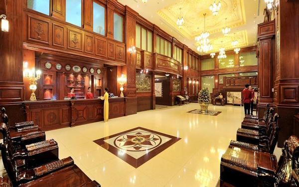Tiền sảnh khách sạn New Pacific đặc trưng với lối kiến trúc kiểu Pháp