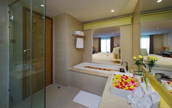 Trang thiết bị tiện nghi của phòng tắm khách sạn Rosaka