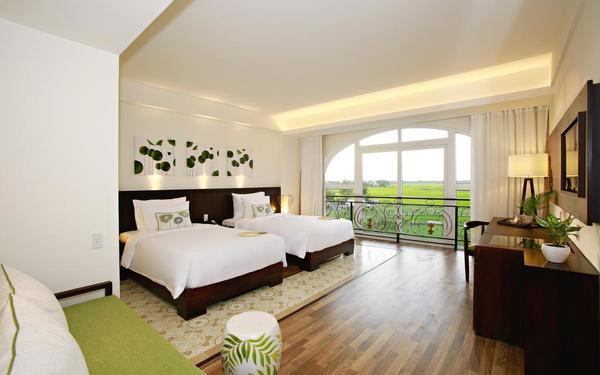 Không gian phòng ngủ khách sạn Lasenta Boutique có view hướng ra cánh đồng