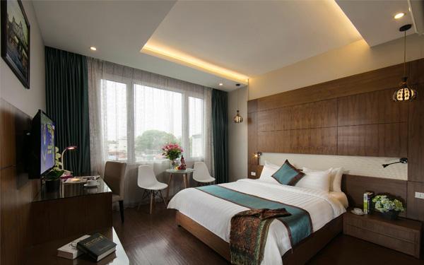 Phòng ngủ khách sạn được trang trí với họa tiết phù hợp với phong cách chung.