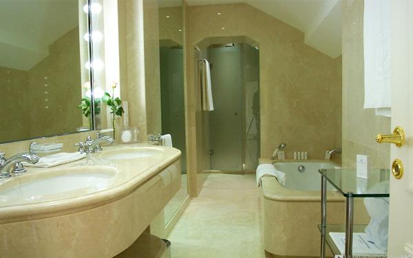 Thiết kế phòng tắm bằng đá cẩm thạch mang đến cảm giác xa hoa và thời thượng.