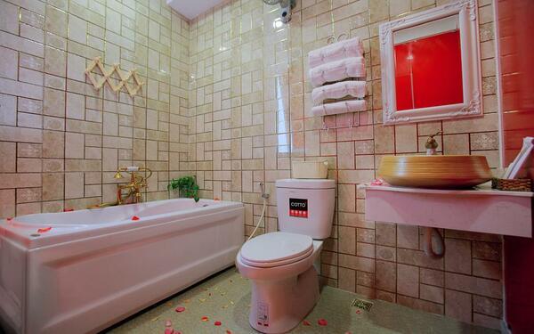 Cách bày trí đẹp mắt của phòng tắm khách sạn Thằng Bờm