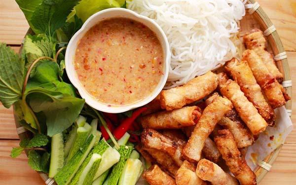 Ram tôm Quảng Nam được ăn kèm với rau sống và nước chấm chua ngọt