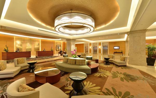 Sảnh khách sạn Equatorial với không gian rộng rãi và các nội thất tiện nghi