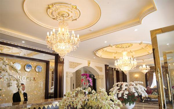 Sảnh khách sạn được làm đẹp bằng hệ thống đèn chùm trang trí lung linh
