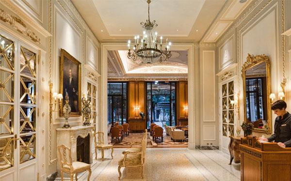 Gam màu trầm được sử dụng nhiều trong thiết kế sảnh khách sạn cổ điển