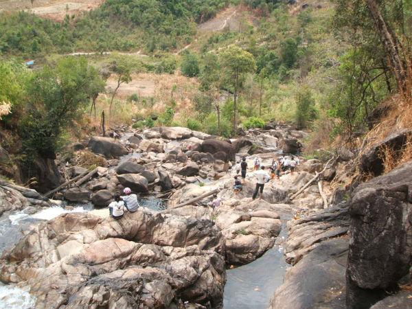 Thác có khá nhiều phiến đá lớn để du khách có thể nghỉ chân khi mệt