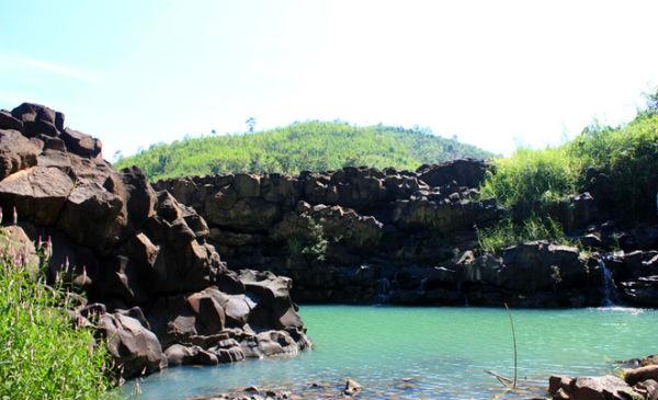 Hồ nước với làn nước màu xanh ngọc lạ mắt