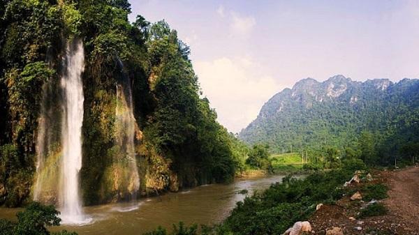 Thác Mưa Rơi chảy xuống sông Thần Xa - say đắm lòng người
