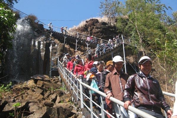 Con đường dẫn lên thác luôn đông đúc