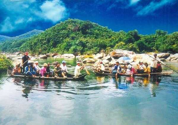 Du khách tự chèo thuyền để cảm nhận vẻ đẹp hầm hô