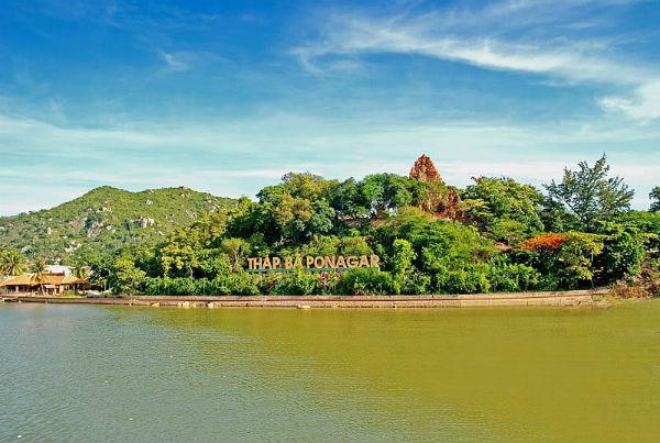 Tháp bà Ponagar nằm trên một ngọn đồi nhỏ ven dòng sông Cái