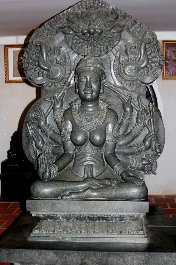 Tượng nữ thần bằng đá hoa cương màu đen