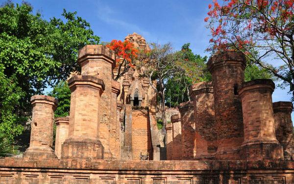 Tháp bà Ponagar đậm dấu ấn văn hóa của dân tộc Chăm Pa