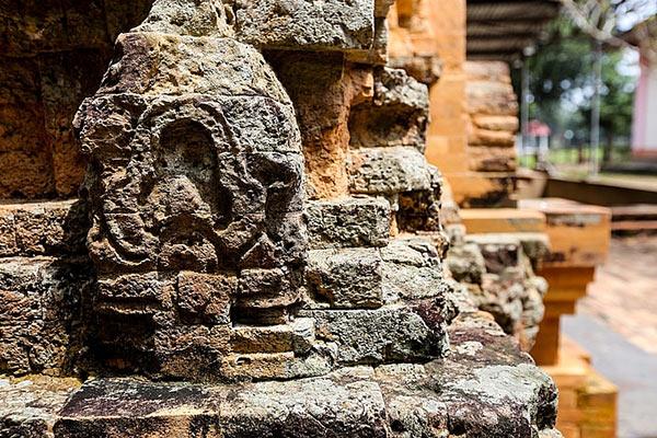 Tháp cổ cũng bị bào mòn bởi thời gian để lại những vết tích