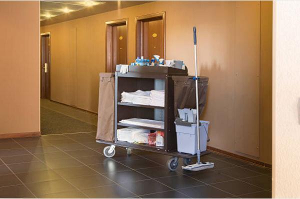Xe đẩy của nhân viên buồng phòng được thiết kế với nhiều tầng