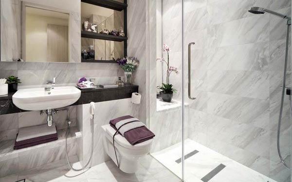 Phòng tắm được trang trí với hoa của nhà nghỉ tại Hà Nội