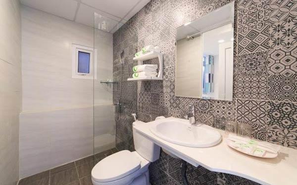Phòng vệ sinh được ốp đá trang trí bắt mắt của nhà nghỉ Canary