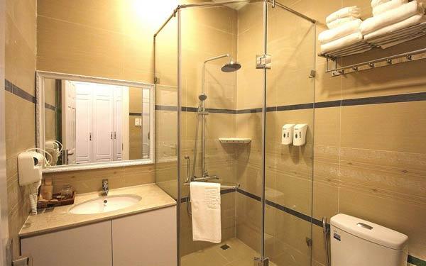 Phòng tắm đầy đủ tiện nghi của nhà nghỉ Du Lys