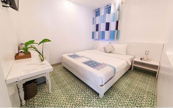 Phòng ngủ được thiết kế tối giản của nhà nghỉ Canary