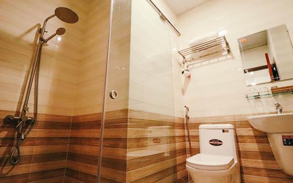 Phòng vệ sinh trang trí gạch kẻ làm điểm nhấn tại nhà nghỉ Hoang Mai