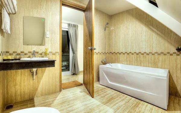 Phòng tắm có gam màu nhẹ nhàng của nhà nghỉ Hong Mon