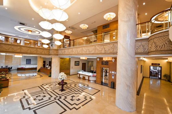 Sảnh khách sạn được trang hoàng bởi ánh đèn lung linh