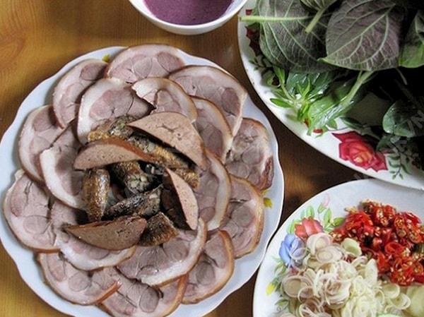 Thịt thái mỏng ăn cùng gan chó, các loại rau sống và mắm tôm pha kỹ lưỡng