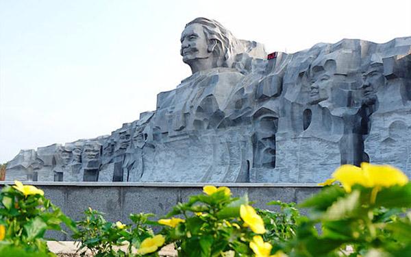 Vách đá tượng đài mẹ thứ