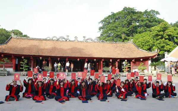 Cử nhân chụp ảnh tốt nghiệp ở Văn Miếu