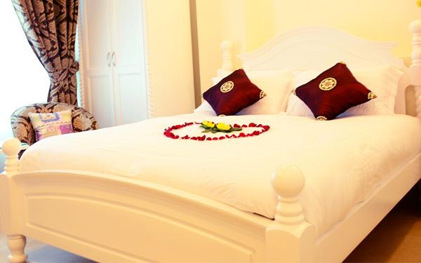 Giải mã lý do vì sao khách sạn luôn đặt 4 chiếc gối trên giường