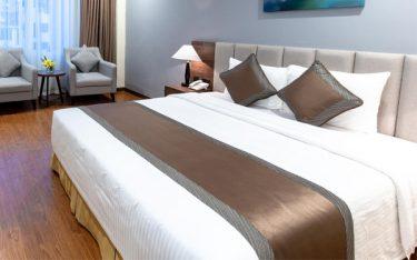 Tấm trang trí giường khách sạn để làm gì? 5 công dụng ít ai ngờ