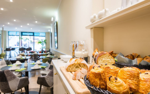 Khu vực nhà hàng rộng rãi và thiết kế sang trọng (Hotel Lodge Paris)