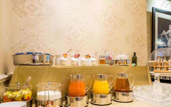 Khu vực bếp ăn tiện nghi và đảm bảo vệ sinh sạch sẽ (Hotel Lodge Paris)