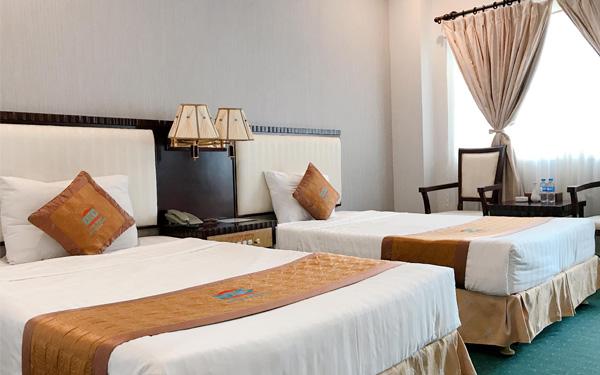 Phòng ngủ khách sạn 2 sao đảm bảo đầy đủ ánh sáng và tiện nghi