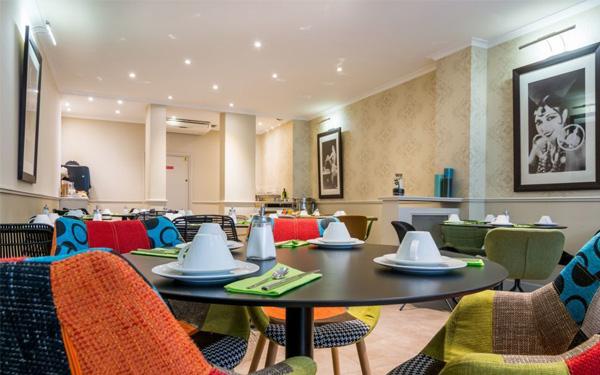Phòng ăn trang bị đầy đủ bàn ghế và sắp xếp hợp lý (Hotel Lodge Paris)