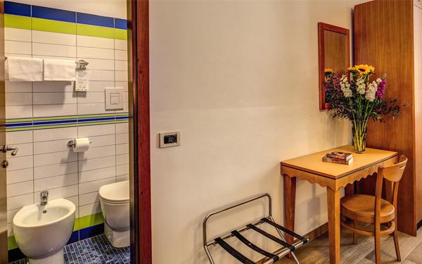 Phòng ngủ cần có phòng tắm khép kín đầy đủ trang thiết bị (Hotel Nouva Italia)