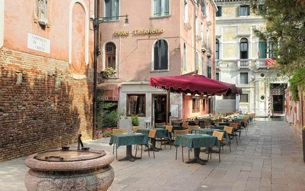 Khu vực ngoại thất đảm bảo rộng rãi và thoải mái (Hotel Tintoretto)