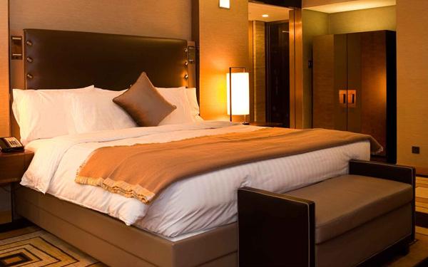 Tấm trang trí giường đơn sắc mang đến không gian ấm áp cho căn phòng