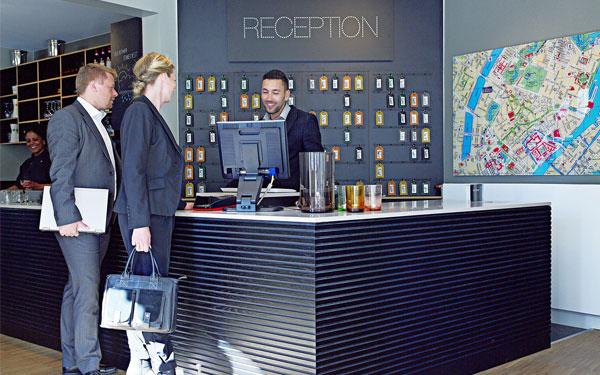 Thiết kế quầy lễ tân ấn tượng và đầy đủ tiện nghi (Arthur Hotels)