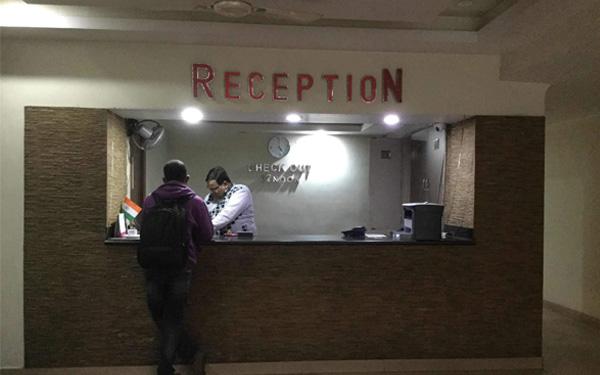 Quầy lễ tân và nhân viên trực 24/24 là bộ phận không thể thiếu trong khách sạn